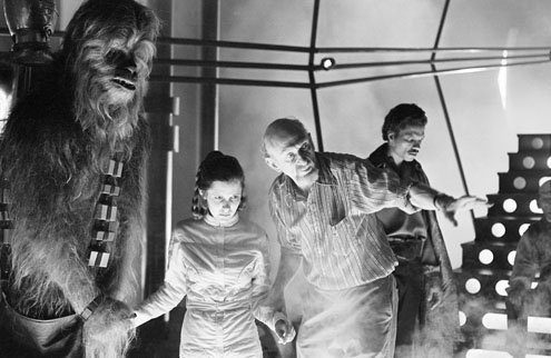 Chewbacca (Peter Mayhew), Carrie Fisher (Leia), Irvin Kershner et Lando (Billy Dee Williams) en plein tournage
